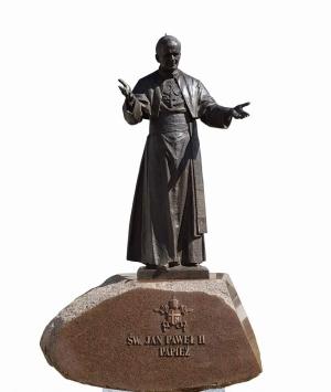 Figura św. Jana Pawła II i znaczenie napisu